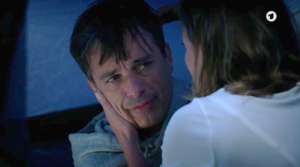 Cornelia bacia Robert per errore, Tempesta d'amore © ARD (Screenshot)