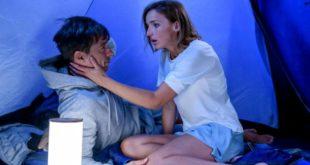 Cornelia entra nella tenda di Robert e lo bacia, Tempesta d'amore © ARD Christof Arnold