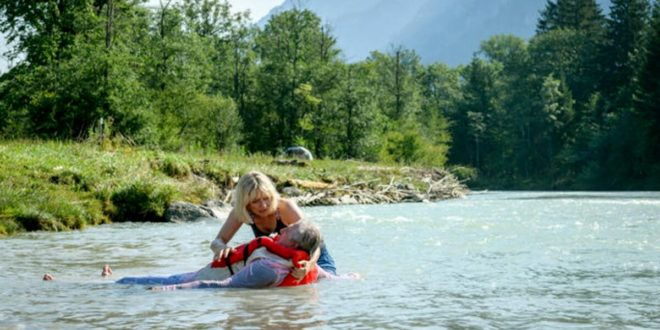 Leentje salva André dal fiume, Tempesta d'amore © ARD Christof Arnold (1)