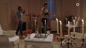 Lucy e Joell aspettano il fantasma nella Suite Sissi, Tempesta d'amore © ARD (Screenshot) 1