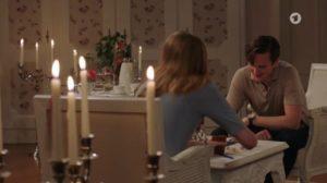 Lucy e Joell aspettano il fantasma nella Suite Sissi, Tempesta d'amore © ARD (Screenshot)