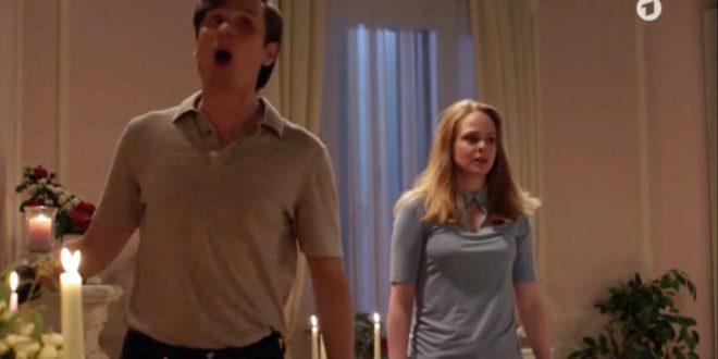 Lucy e Joell sentono il fantasma nella Suite Sissi, Tempesta d'amore © ARD (Screenshot)