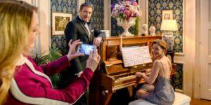 Rosalie scatta delle foto romantica a Cornelia e Christoph, Tempesta d'amore © ARD Christof Arnold