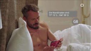 Erik scopre un messaggio sul telefono di Ariane, Tempesta d'amore © ARD (Screenshot)