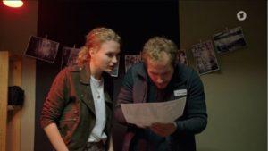 Maja mostra a Florian la foto, Tempesta d'amore © ARD (Screenshot)