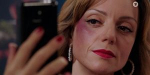 Selina scopre che Ariane l'ha ingannata, Tempesta d'amore © ARD (Screenshot) (1)