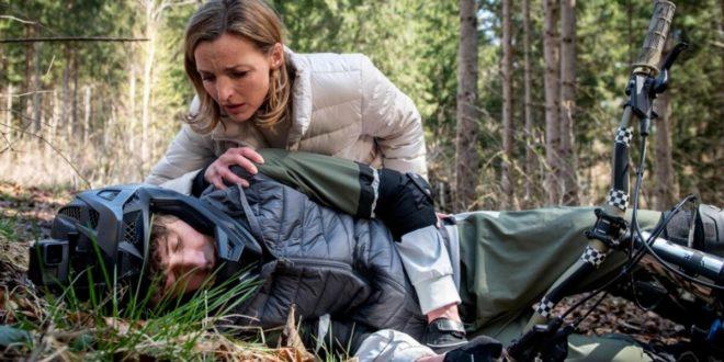 Cornelia soccorre Benni dopo l'incidente in mountain bike, Tempesta d'amore © ARD Christof Arnold (1)