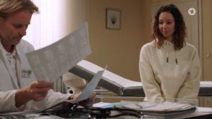 Michael analizza le radiografie di Vanessa, Tempesta d'amore © ARD (Screenshot)