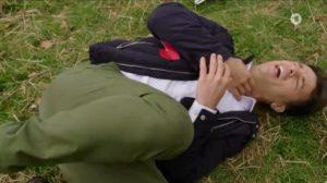 Robert viene colpito alla gola da un aquilone, Tempesta d'amore © ARD (Screenshot)
