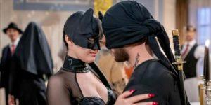 Shirin e Florian si avvicinano durante il ballo in maschera, Tempesta d'amore © ARD Christof Arnold