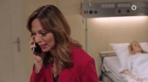 Ariane parla al telefono con Erik davanti a Selina, Tempesta d'amore © ARD (Screenshot)