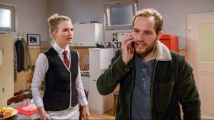 Florian si intromette nella telefonata di Maja con il suo ex, Tempesta d'amore © ARD Christof Arnold