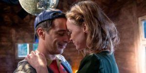 Robert organizza per Cornelia una serata a tema per ricordare la loro gioventù, Tempesta d'amore © ARD Christof Arnold (1)
