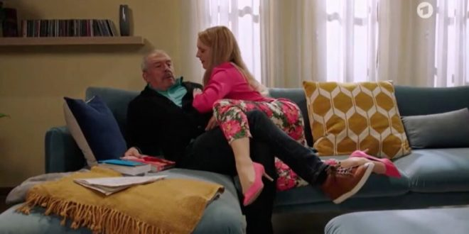 Rosalie finge di voler sedurre Andre, Tempesta d'amore © ARD (Screenshot)