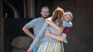 Selina abbraccia Constanze davanti a Florian, Tempesta d'amore © ARD Christof Arnold