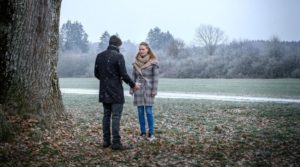 Maja incontra un uomo che sostiene di essere suo padre Cornelius, Tempesta d'amore © ARD/Christof Arnold