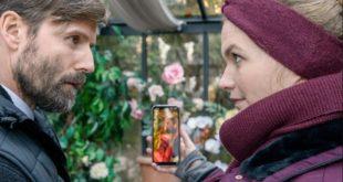 Maja mostra a Cornelius la foto di Erik e Ariane, Tempesta d'amore © ARD Christof Arnold